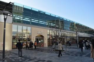 ①JR浦和駅高架下の南北に伸びる「アトレ浦和」(South Area外観)