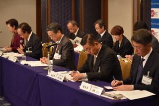 (前列右から)蟹瀬委員長(情報委員会)、村田専務理事、清野会長、村上副会長、青柳副会長