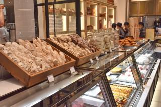 アトリウム前には、南仏発のパティスリー「La maison JOUVAUD」が出店。店内のアトリエで毎日焼く、でき立ての生ロカイユが目を引く