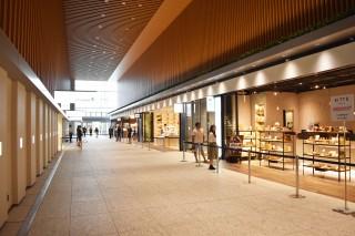 2階には、当タワーの約8,000人のオフィスワーカーと、市バス利用者(2017年春に同ビル内にバスターミナルがオープン)のニーズに対応する物販店舗が軒を連ねる