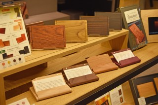 名古屋初出店の木製デザイン雑貨「Hacoa DIRECT STORE」。写真は人気のカードケース