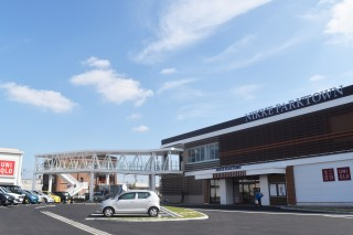 本館西エリアの増床により、西エントランスを新設。本館とリバーサイドエリアをぺディストリアンデッキでつなぐ。