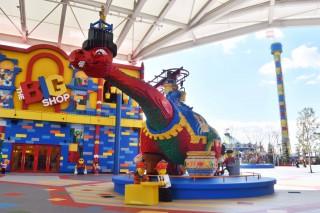 エントランスをくぐると、巨大なLEGO®モデルがお出迎え。写真右奥は、同パークのシンボル「オブザベーション・タワー」。