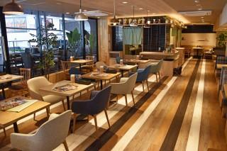 入口正面にて2層で営業する「和ごはんとカフェ chawan」