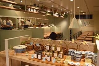 「箸とレンゲ」は人気ラーメンクリエイターの庄野智治氏が手掛けるラーメン店。女性が1人でも気軽に入れる雰囲気